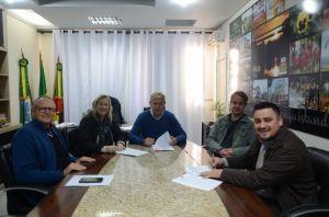 Vice-prefeito Nelson, Presidente da Acisfe Gabriela, Prefeito Albano, Secretários Jônatas e Cláudio.
